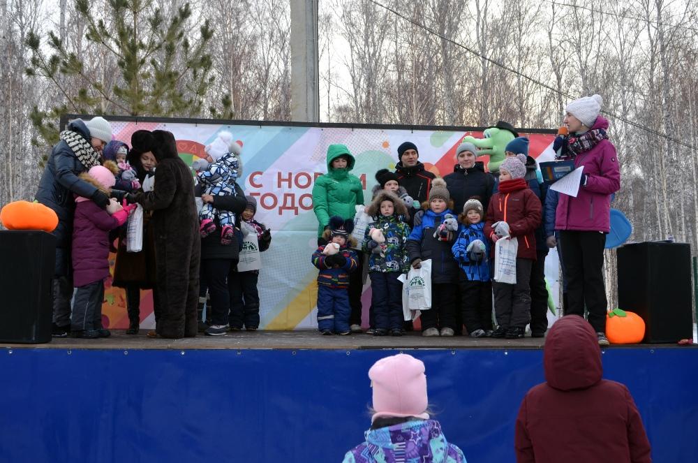 Победители конкурса и активные жители посёлка получили подарки.