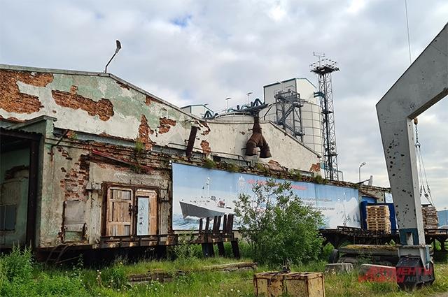 Закрытый рыбокомбинат в порту Мурманска.