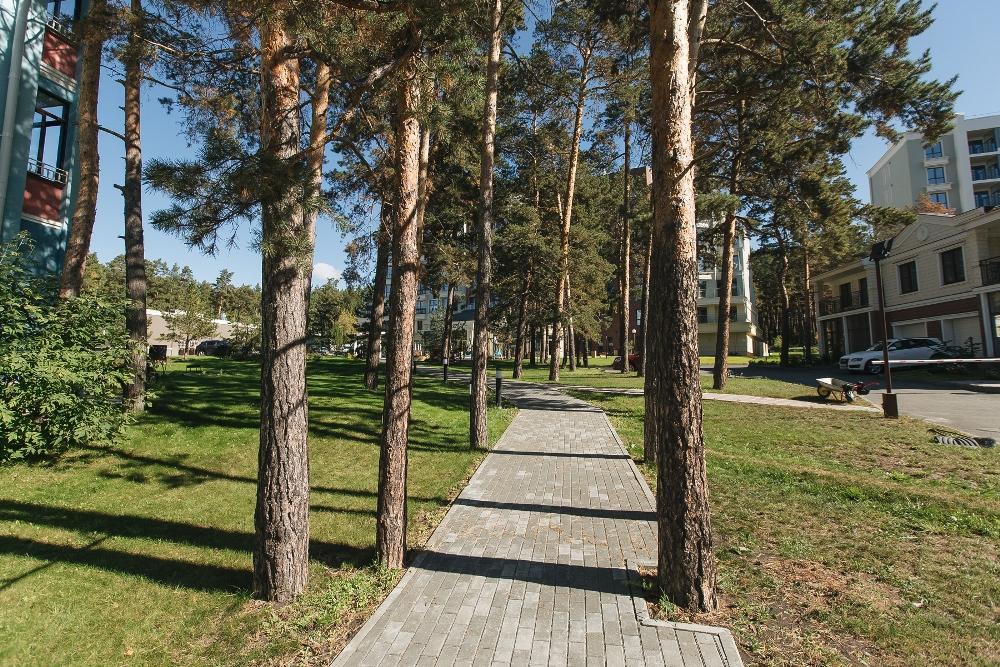 Территория резиденции больше похожа на парк.