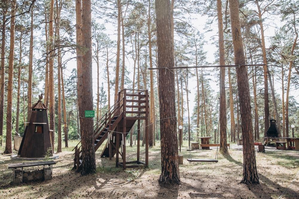 Площадка в лесу.