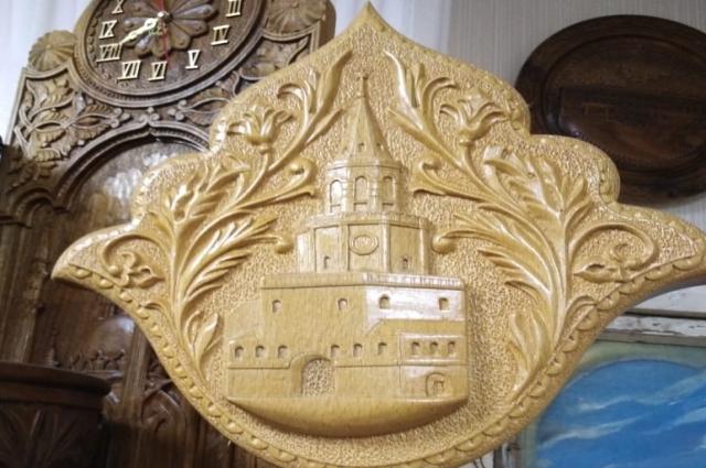 Паннро трехлистник с изображением Спасской башни Казанского кремля создал мастер Вардан Манукян.
