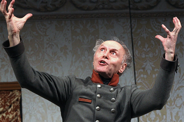 Борис Плотников в роли Жевакина в сцене из спектакля «Женитьба». МХТ им. Чехова, 2010 г.