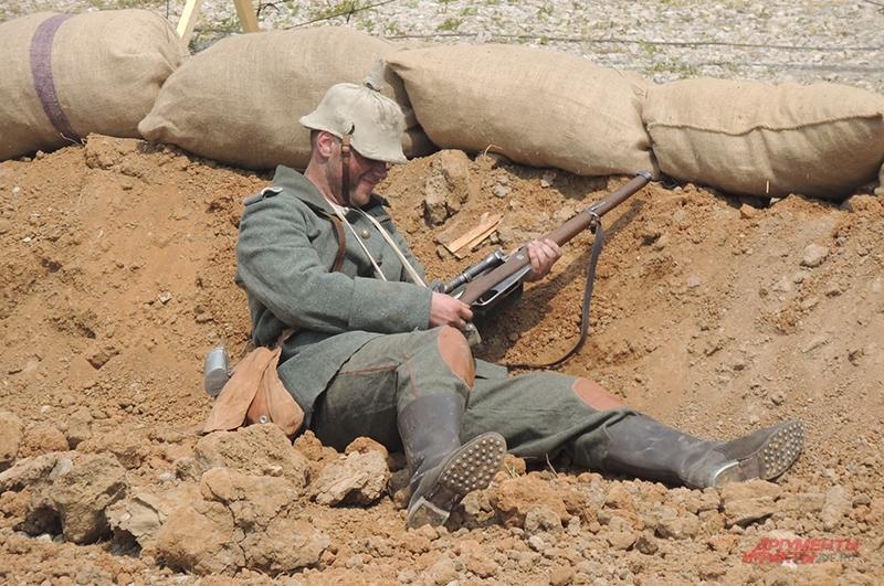Немецкий солдат на поле боя