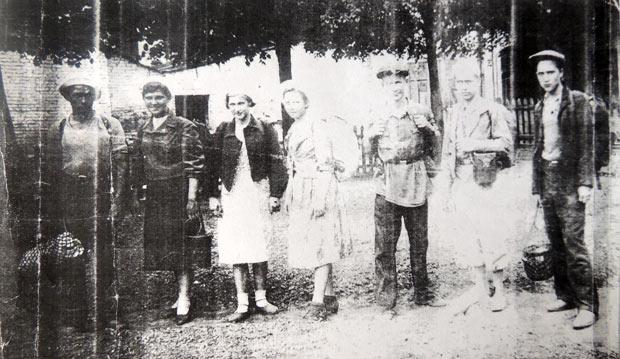 Людмила Кузьмичёва (на фото вторая слева) узнала, что идёт война, на три дня позже