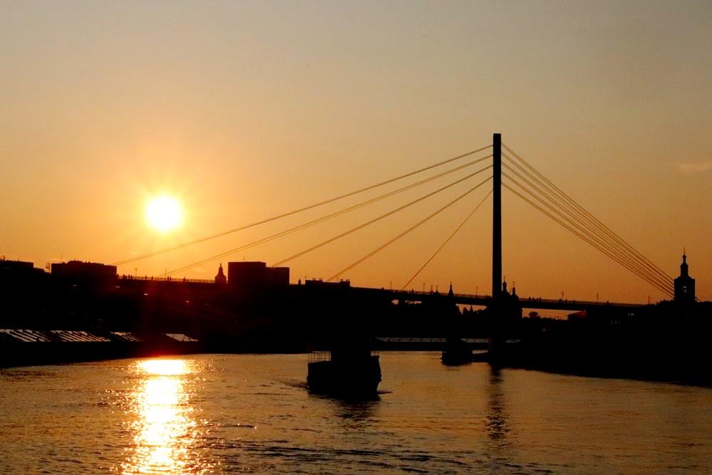 Гуляя по набережной вечером, можно сделать отличные фото заката над рекой.