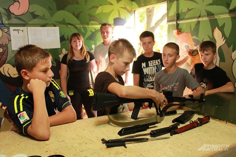 12-летние парни легко могут собрать и разобрать автомат Калашникова