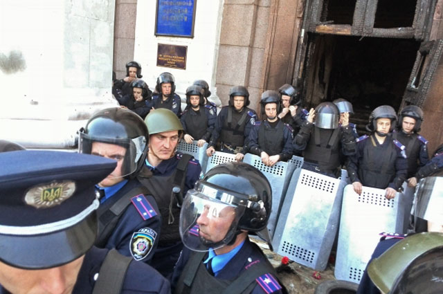 Сотрудники правоохранительных органов у здания Дома профсоюзов