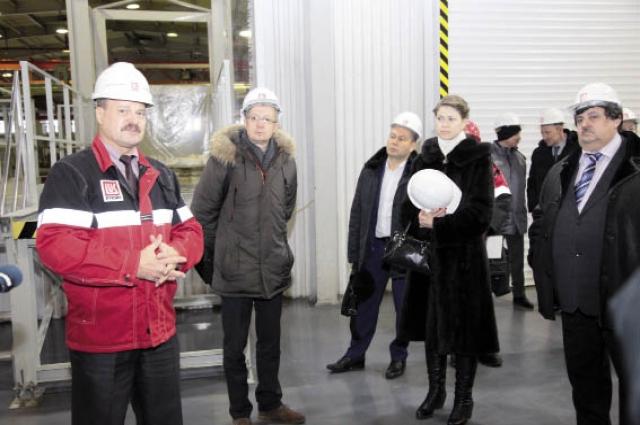 Для гостей провели экскурсию по заводу.