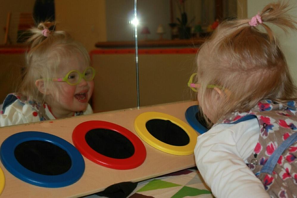 После того как врачи подобрали детишкам с синдромом Дауна очки, они впервые разглядели себя в зеркале.