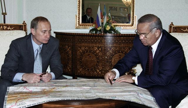 Президент РФ Владимир Путин и Президент Узбекистана Ислам Каримов рассматривают карту Узбекистана во время рабочей встречи.