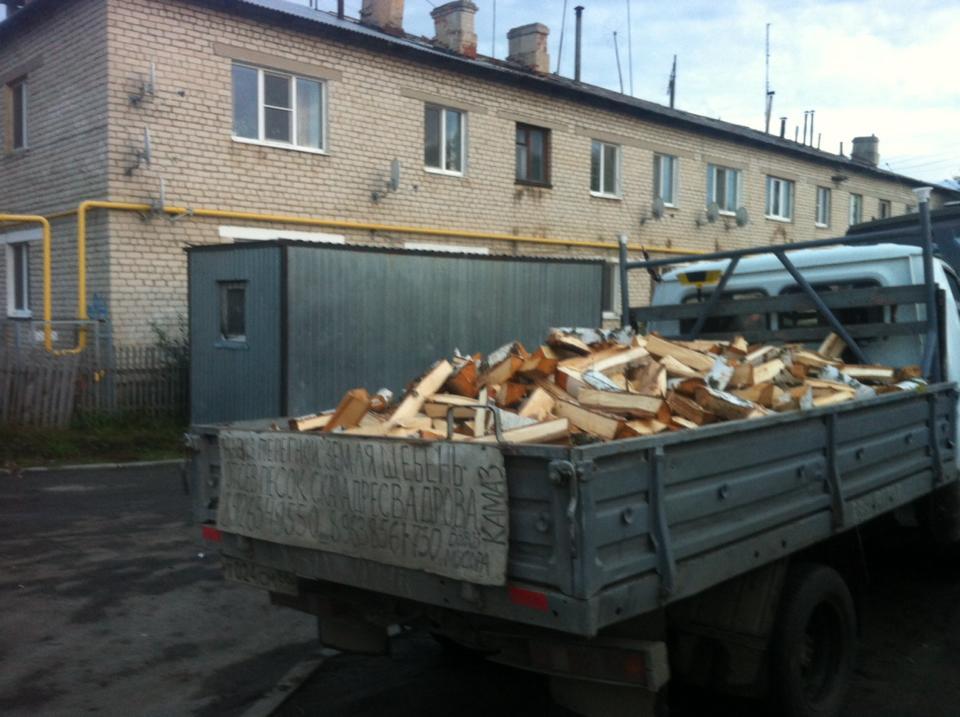 Жильцы многоквартирных домов в Белоярском запасаются дровами.