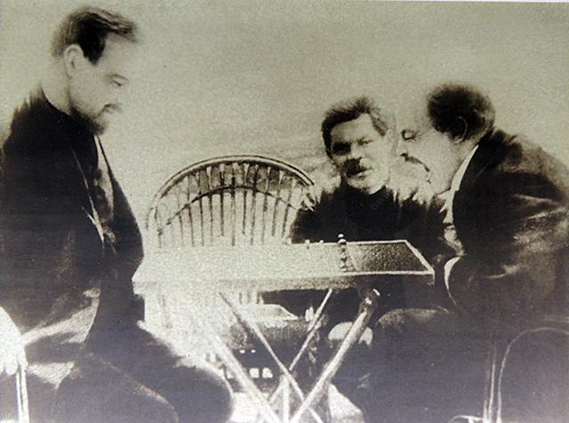 Горький, Ленин и шахматы. Владимир Ильич пытается проглотить фигуру.