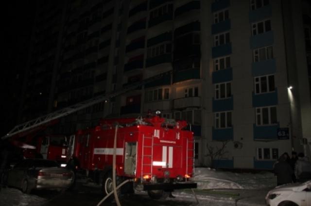 Огонь в горящей квартире потушили уже ночью