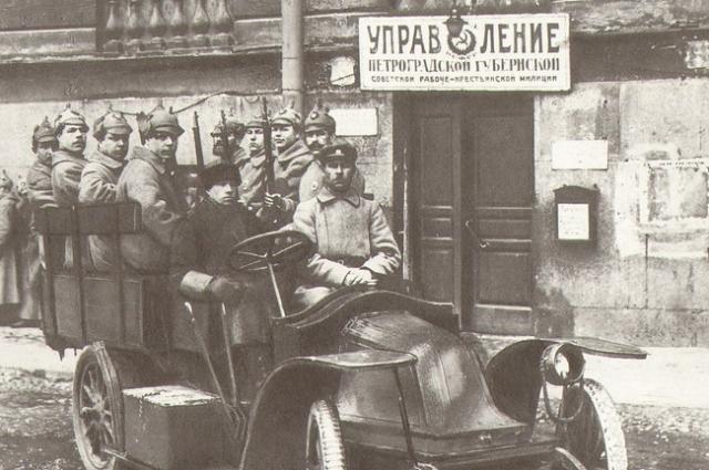 1922 Петроград. Работники милиции на автомобиле.