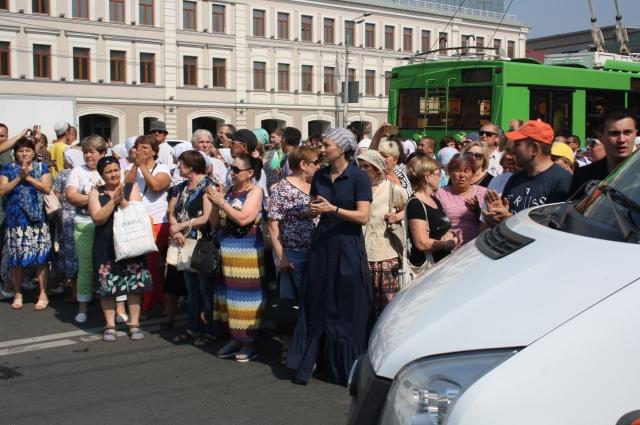 Автомобиль траурной процессии казанцы проводили аплодисментами.