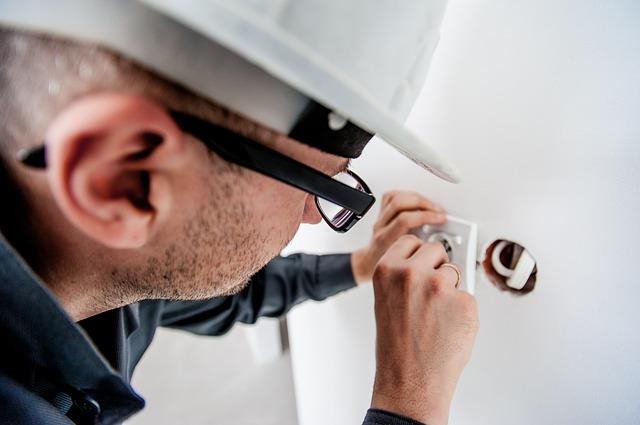 Универсальный работник скорее испортит ремонт, чем его удешевит