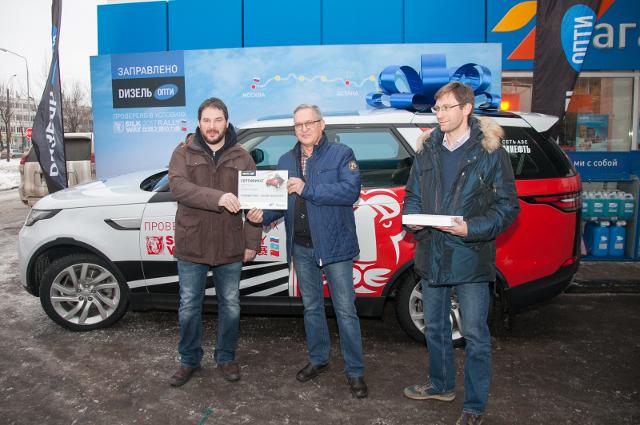 Ключи от Land Rover новому владельцу вручили ведущие шоу на радиостанции «Москва FM».