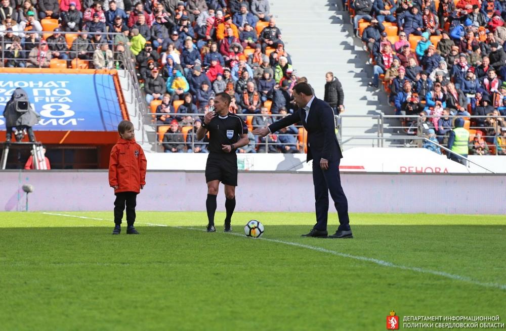 Губернатор Евгений Куйвашев делает первый удар по воротам на «Екатеринбург Арене».