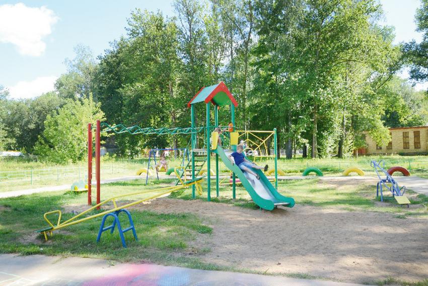 Детская площадка в Шаталове удобная и безопасная.