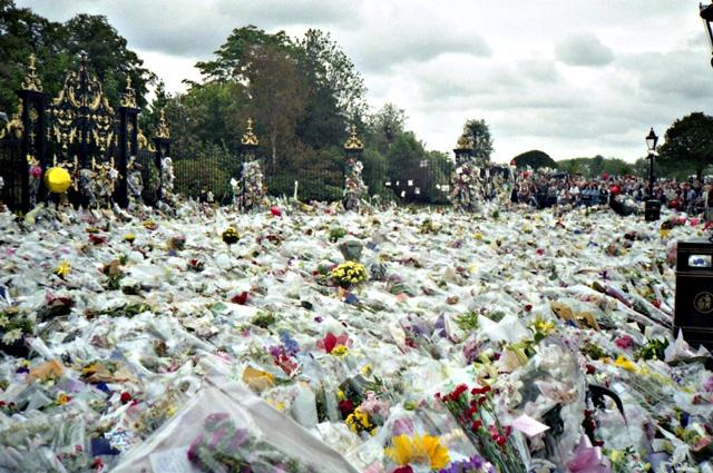 Цветы у Кенгингтонского дворца в память о принцессе Диане.