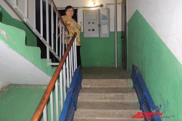 Людмила Ивановна говорит, этот пандус установлен для галочки. Проехать по нему на коляске практически невозможно.