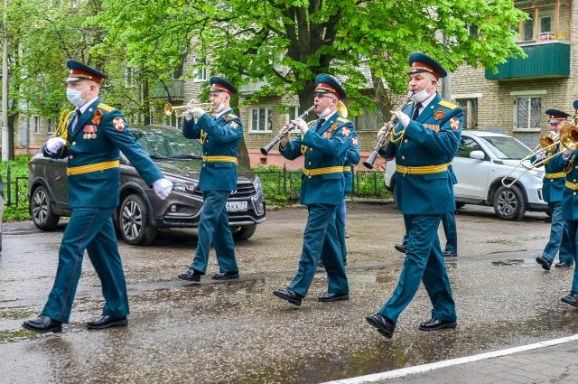 Военные музыканты организовали концерты для тульских ветеранов во дворах их домов