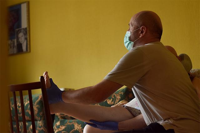 Одна из задач сиделки - «размять» тело подопечного. Для лежачего больного такой массаж очень важен.