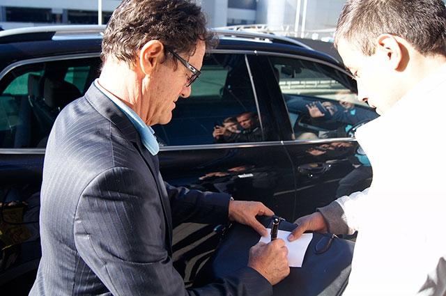 Фабио Капелло, в отличие от футболистов, раздавал публике автографы