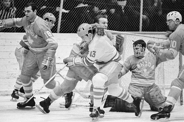 Нападающий сборной СССР по хоккею Борис Михайлов атакует ворота сборной Канады. 1970 год