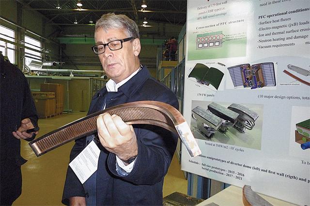 Игорь Мазуль показывает, из каких слоёв будет состоять первая стенка камеры