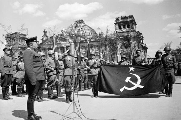 Первый комендант Берлина генерал-полковник Николай Берзарин торжественно провожает Знамя Победы в Москву