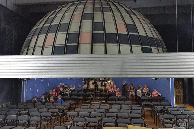 Сейчас планетарий находится в актовом зале школы.