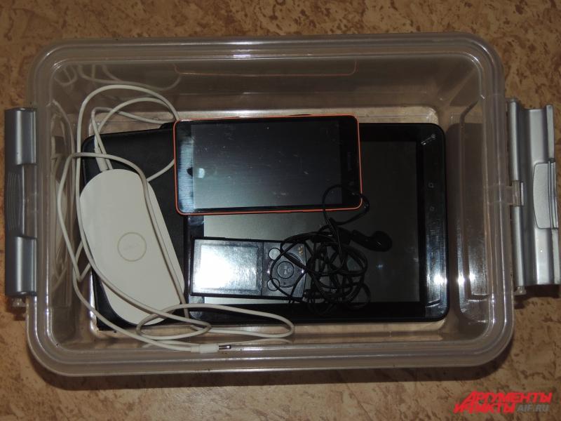 Все свои электронные устройства я убрала в коробку.