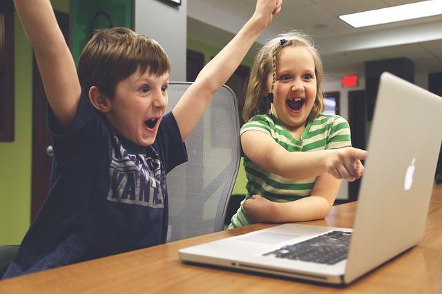 Многие дети с раннего возраста проводят время в онлайн-играх.