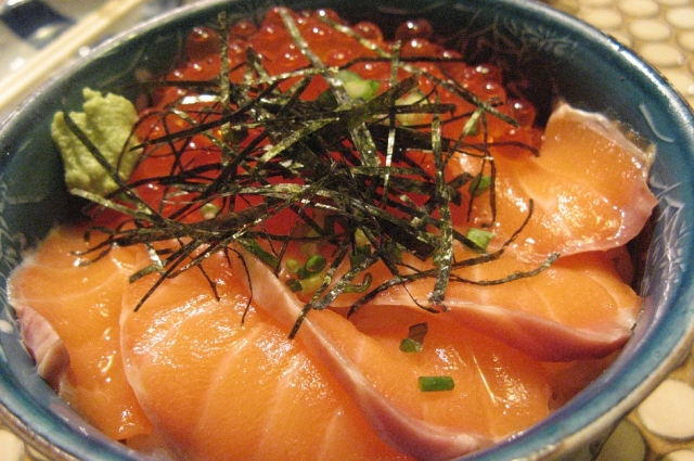 Из лосося и икры можно приготовить роскошный салат.
