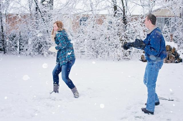 Зимний отдых разнообразен: можно покататься на лыжах, коньках, ледянках или просто поиграть в снежки.