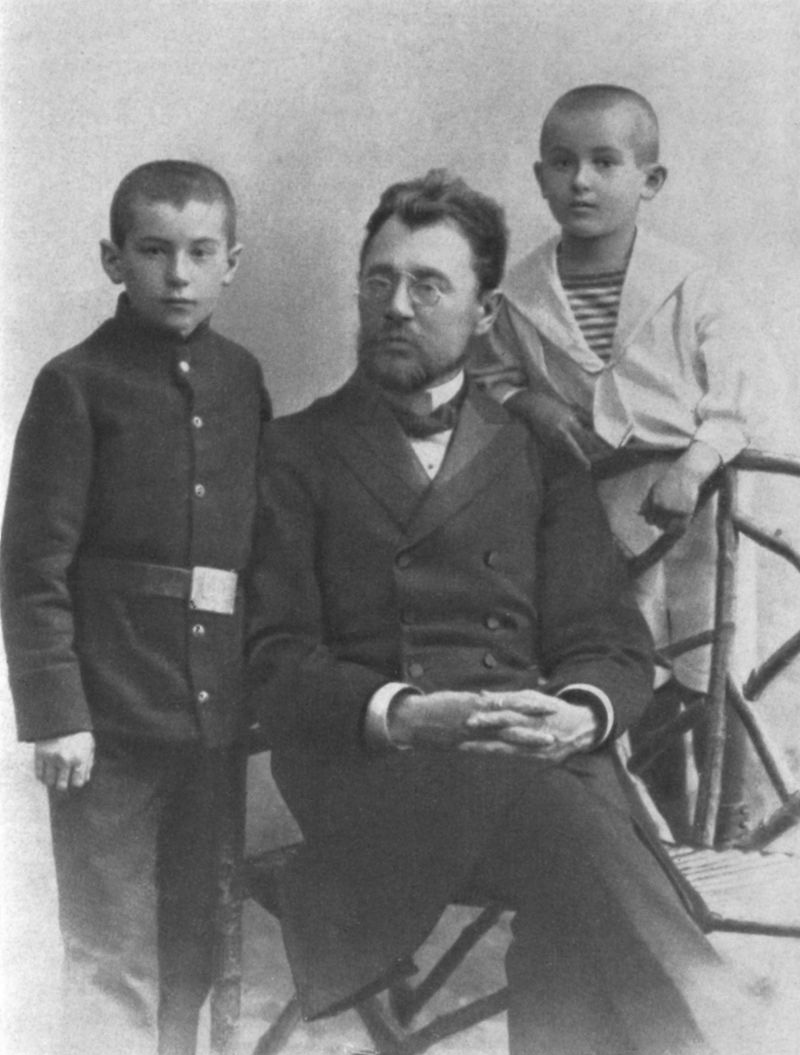Пётр Васильевич Катаев с сыновьями Валентином (слева) и Евгением. Одесса, 1910 год