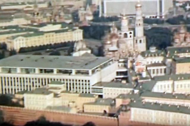 Любопытно, что в 2084 году, по версии киношников, гостиница «Россия» оставалась на своём месте. В реальности же её снесли в 2006 году.