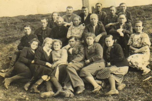 Колхозники — участники совещания передовиков сельского хозяйства. Балезинский район, 1945 год.