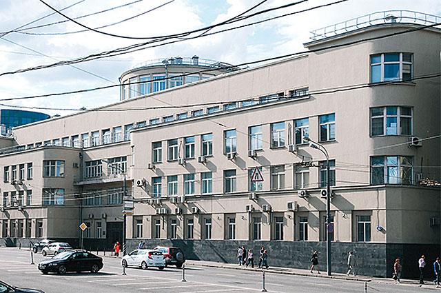 (3) Здание на Воздвиженке перестроено настолько, что в нём уже невозможно узнать некогда роскошный особняк графа Шереметева