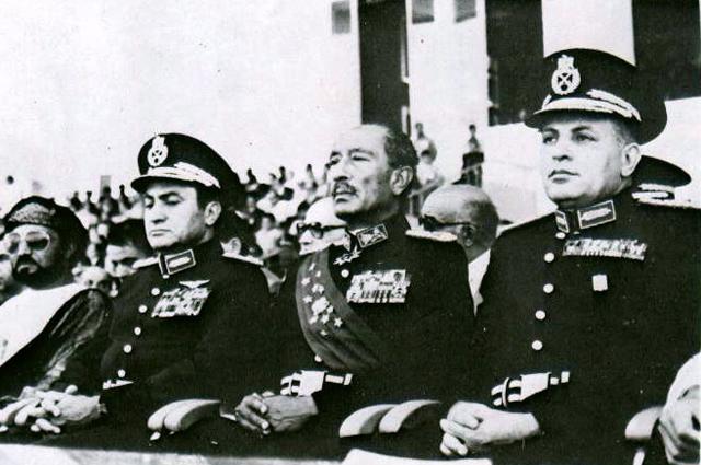 Садат (в центре) за несколько минут до того, как его убили, вместе с Мохамедом Хосни Мубараком и Абдель Халимом Абу Газалой.