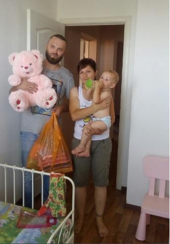 Руководитель благотворительного фонда в гостях у своих подопечных на одной из кризисных квартир. Фото: Из личного архива/ Валерия Елизарова
