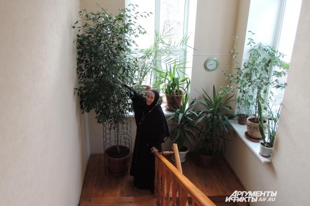 Игумения Евсевия показывает растения, которые взращивают сестры обители.