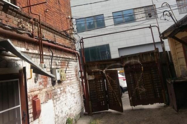 Рядом с трущобами находится современные здания.