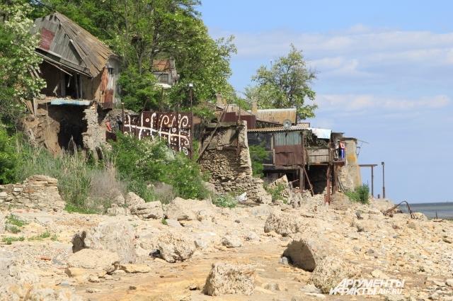 Большие камни на набережной - это остатки защитной стены.