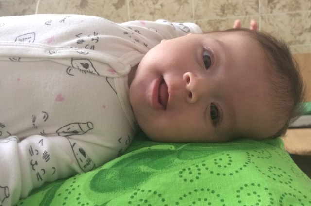 Маленькая Вика на фото похожа на ангелочка.