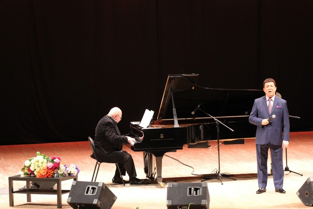 Иосиф Кобзон на сцене Рязанской областной филармонии.