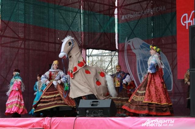 Выступление на сцене в парке Левобережный.