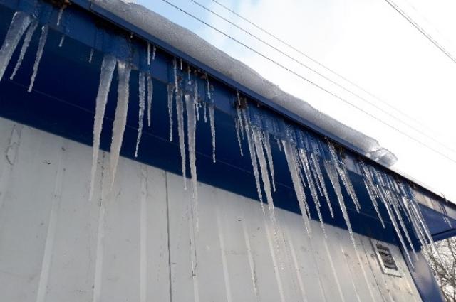 Убирать снег с крыш и сосульки должны УК.