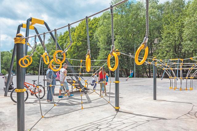 В новом спортивном городке наул. Миклухо-Маклая, д. 31, уже установили канатные комплексы. «Верёвочная паутинка» стала уместной детворы популярным местом дляигр.